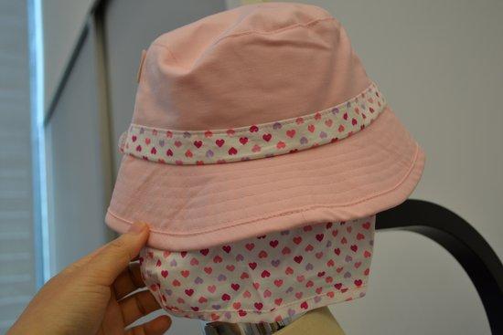 首の日よけがついた子供用の帽子