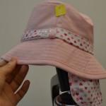 ひよけのついた女の子帽子