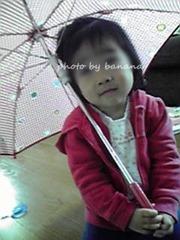 暇過ぎて自宅で傘をさす次女